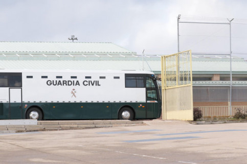 The Spanish Guardia Civil coach carrying the pro-independence leaders arriving at Soto del Real prison, in the Madrid region, on February 1, 2019 (by Juan Carlos Rojas)