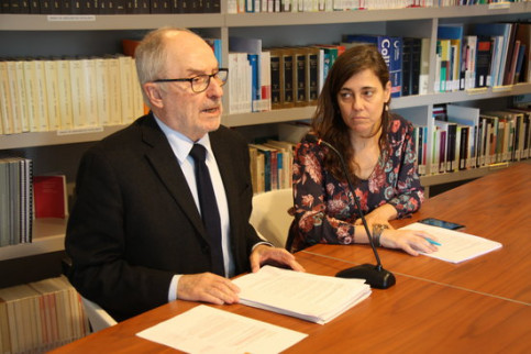 The Catalan ombudsman, Rafael Ribó, with an official for the defense of the children's rights, Maria Jesús Larios