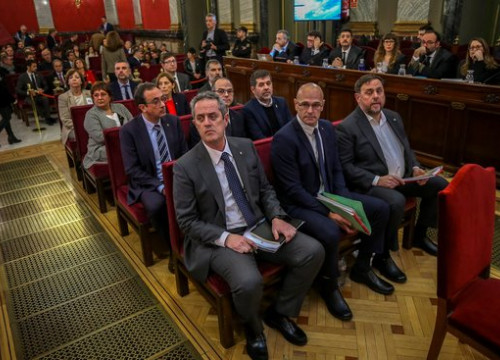 The 12 Catalan leaders accused in the independence trial sit at the dock in Spain's Supreme Court (by EFE)