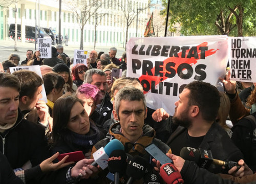 Roger Español, police rubber bullet victim, appears in court accused of throwing barriers to police officers (by Miquel Codolar)