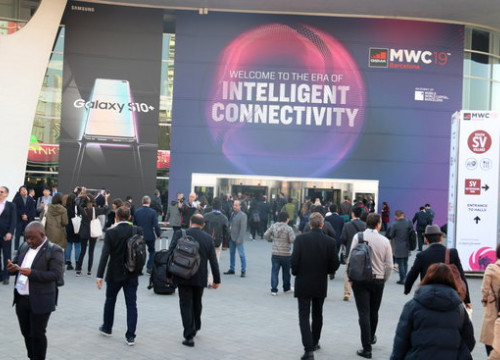 Visitors at the entrance to the Mobile World Congress in Barcelona in 2019 (by Laura Pous)