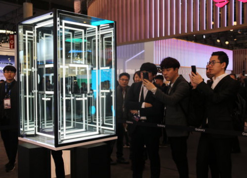 Visitors take photos of the Samsung stand at the 2019 Mobile World Congress (by Laura Pous)