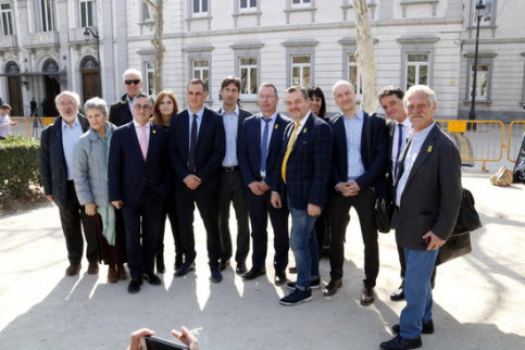 A group of MEPs and MPs from Europe's national parliaments in front of Spain's Supreme Court, in Madrid (by ACN)