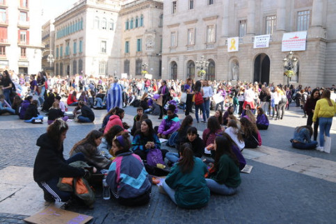 A group of students sitting in Barcelona's Plaça Sant Jaume during the International Women's Day strikes (Photo: Miquel Codolar)