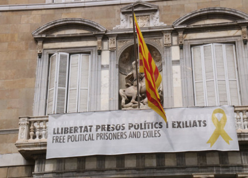 Image of a balcony in the Catalan government HQ with a poster showing a yellow ribbon on March 12, 2019, in Barcelona (by Carola López)