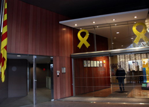 Yellow ribbons at the entrance of the Catalan government's territory department (by Ana Amat Vendrell)