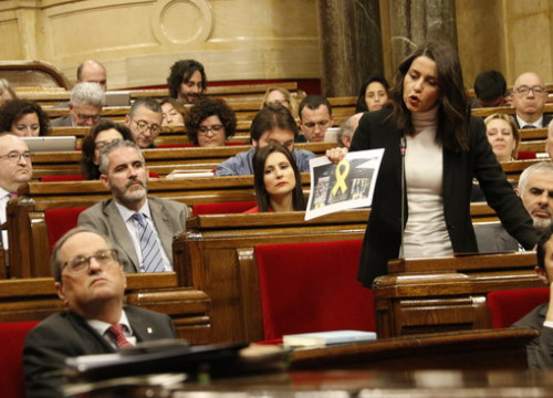 The leader of Ciutadans in Catalonia, Inés Arrimadas, holding a picture with a yellow ribbon in the Catalan parliament on March 20, 2019 (by Guillem Roset)