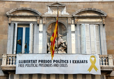 A sign in favor of jailed pro-independence leaders hanging from the Catalan government headquarters (by Nazaret Romero)