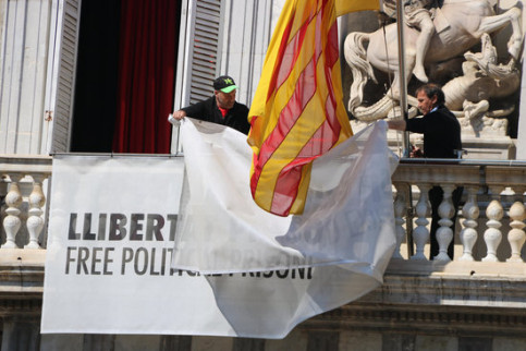 Catalan government workers remove banner from building façade (by ACN)