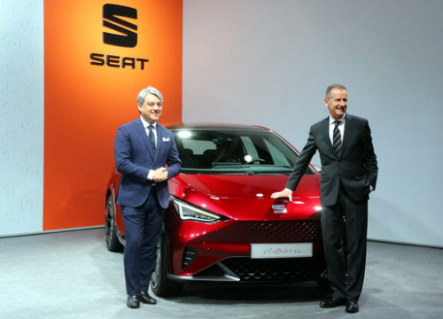 SEAT president Luca de Meo and Volkswagen CEO Herbert Diees presenting the new SEAT el-Born