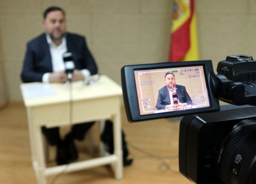 Oriol Junqueras takes part in a press conference via video link fro prison ahead of the Spanish general election. (Photo: Àlex Recolons)