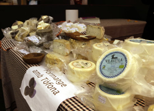 Catalan cheese on display at a food fair (by Laura Alcalde)