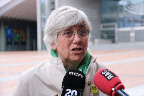 Exiled pro-independence leader Clara Ponsatí speaking to media in Brussels (by Blanca Blay)