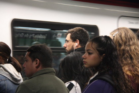 Commuters wait for a metro on the platform. (Photo: Andrea Martínez Gil)