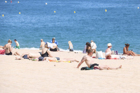 Some tourists sunbathing in Lloret de Mar in May 2019 (by Aleix Freixas)