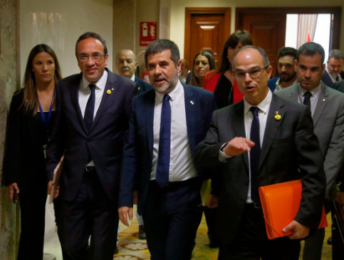 Jailed leaders, from left to right, Josep Rull, Jordi Sànchez, and Jordi Turull, walking through the Spanish congress (by Javier Barbancho)