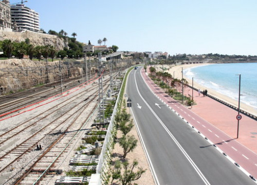 Train lines along the Mediterannean Sea in Tarragona, south Catalonia. (Photo: Eloi Tost)