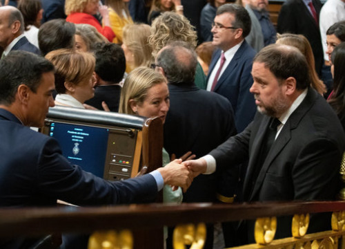 The jailed leader Oriol Junqueras and the Spanish president, Pedro Sánchez, shake hands in congress