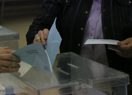 A voter casting their ballot in a 2019 election (by Gerard Vilà)