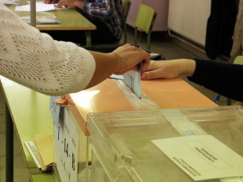Image of a citizen casting their ballot in Lleida, western Catalonia, during the May 26, 2019 election (by Laura Alcalde)