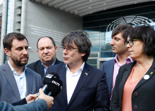 Former Catalan president Carles Puigdemont (center) and former minister Antoni Comín in front of the European Parliament in Brussels (by Natàlia Segura)