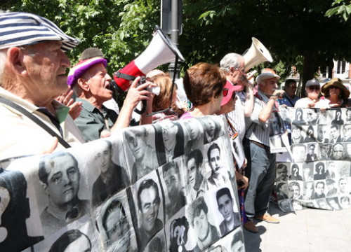 Relatives of people disappeared during the Franco dictatorship protest a Supreme Court decision to put on hold the dictator's exhumation (by Andrea Zamorano)