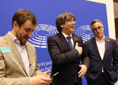 Former Catalan president Carles Puigdemont (center) accompanied by his former minister Toni Comín (left) and the former MEP Ramon Tremosa (by ACN)