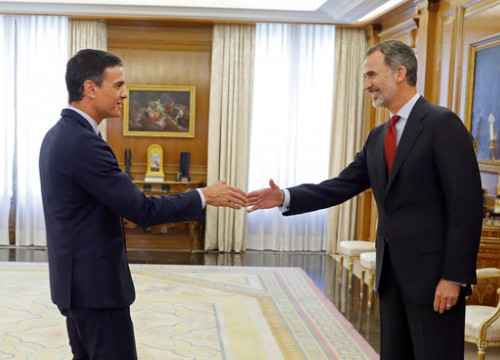 Spanish president Pedro Sánchez, left, and King Felipe VI in Madrid, in June 2019 (by Juan Carlos Hidalgo/Pool via REUTERSl)