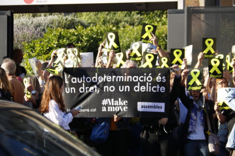 Some individuals protest against the Catalan trial outside Sagrada Família, in Barcelona, on June 14, 2019 (by Gerard Artigas)
