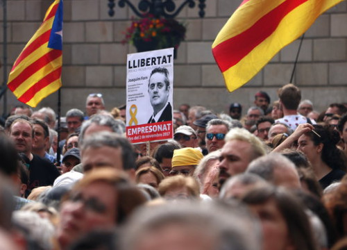 Pro-independence protesters demand the release of Catalan leaders, with a sign for former minister Joaquim Forn (by Pau Cortina)