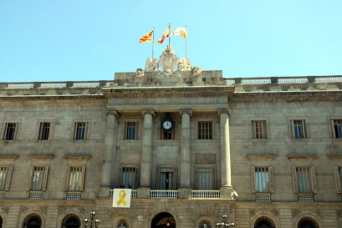 Barcelona City Council offices with yellow ribbon displayed, June 17, 2019 (by Miquel Codolar)