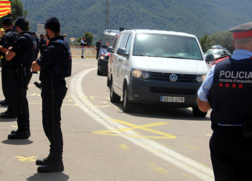 A van carrying pro-independence leaders arrives at the Lledoners prison in central Catalonia (by ACN)
