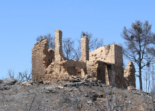 A building left in ruins from the major wildfire in southern Catalonia. (Photo: Miquel Colodar)