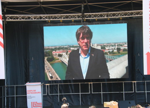Former president Carles Puigdemont appears via video link at a protest in Strasbourg against the fact that Catalan politicians were not able to take their seats in the European Parliament. (Photo: Blanca Blay)