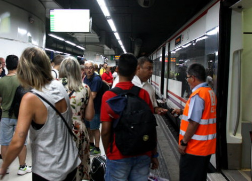 Passengers wait on the train platform at Sants station during the Renfe strike. (Photo: Joana Garreta)