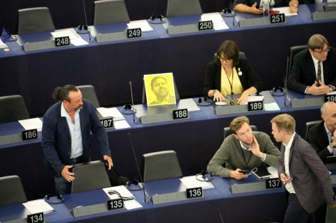 Oriol Junqueras' vacant seat in the European Parliament, with a portrait of the jailed Catalan leader (by Blanca Blay)