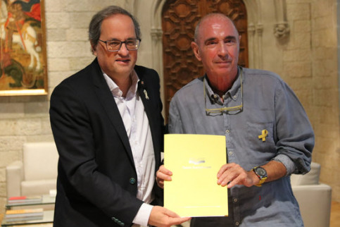 Lluís Llach (right), head of the government body set up to facilitate constituent debate, delivers the report to Quim Torra (left). (Photo: Bernat Vilaró)