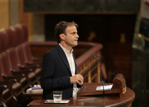 Jaume Asens of En Comú Podem addresses the Spanish congress in the presidential debates. (Photo: Rafa Garrido)