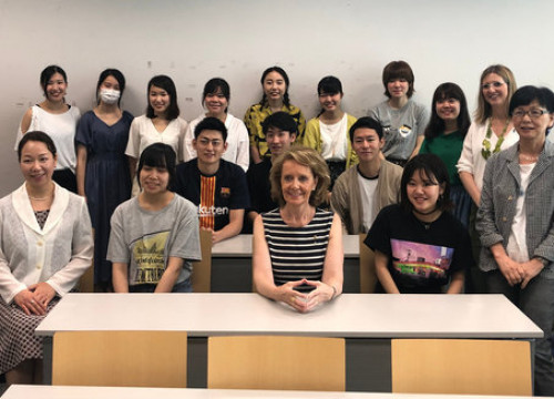 The Catalan culture minister and the students and teacher of the Catalan studies course in Hosei University, Tokyo, on July 23, 2019 (by culture ministry)