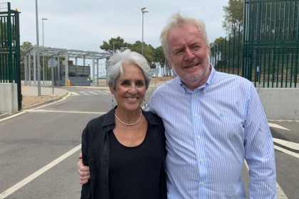 Joan Baez upon leaving the Mas d'Enric prison where she visited former Catalan parliament speaker Carme Forcadell. (Photo: Montse Castellà)