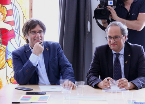Former president Carles Puigdemont and current president Quim Torra meet at the Council for the Republic meeting in Waterloo. (Photo: Natàlia Segura)