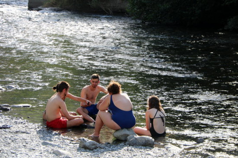 A group of swimmers bathing in the Nogeura Pallaresa river this summer. (Photo: Marta Lluvich)