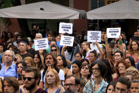 People flood the streets of Gràcia with anti-gender violence slogans (Laura Fíguls)