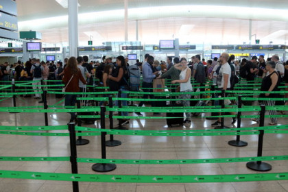 Security checks at Barcelona's El Prat airport on August 30, 2019 (by Àlex Recolons)