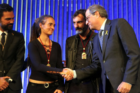 Members of sea rescue NGOs Carola Rackete and Oscar Camps receive the Golden Medal in the Catalan Parliament (by Pilar Tomàs)