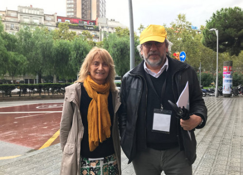 Turkish journalist Can Dündar (right) with the vice president of the Foreign Friends of Catalonia association, Rosella Selmini. (Photo: Alan Ruiz)