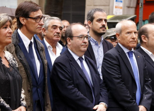 Catalan Socialists, with leader Miquel Iceta, center, at the floral offering at the Rafael Casanova monument. (Photo: Jordi Bataller)
