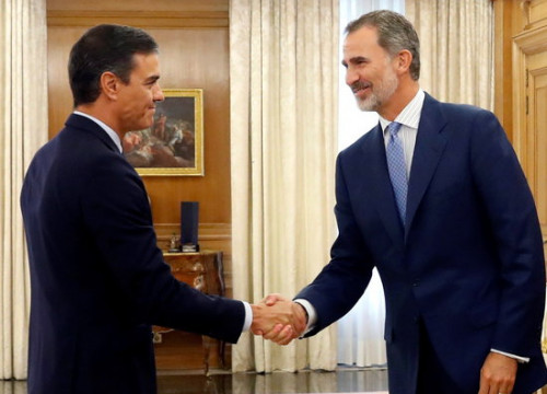 Spain's acting president Pedro Sánchez shakes hands with king Felipe VI (by EFE)