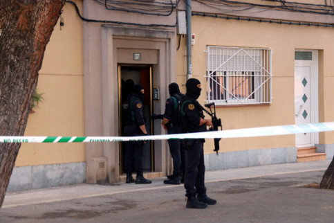 Spanish police agents in Sabadell during raids on homes of CDR activists on September 23, 2019 (by Miquel Codolar)