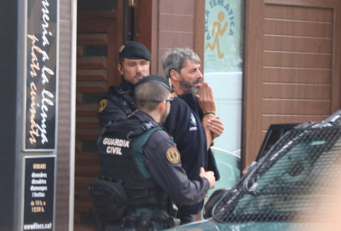 Guardia Civil officers detain a CDR activist in Sabadell (by Miquel Codolar)